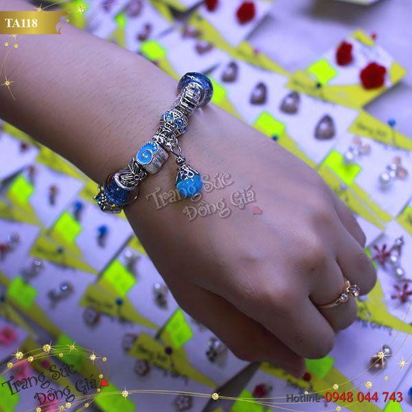 Vòng tay Pandora thời trang xinh xắn.