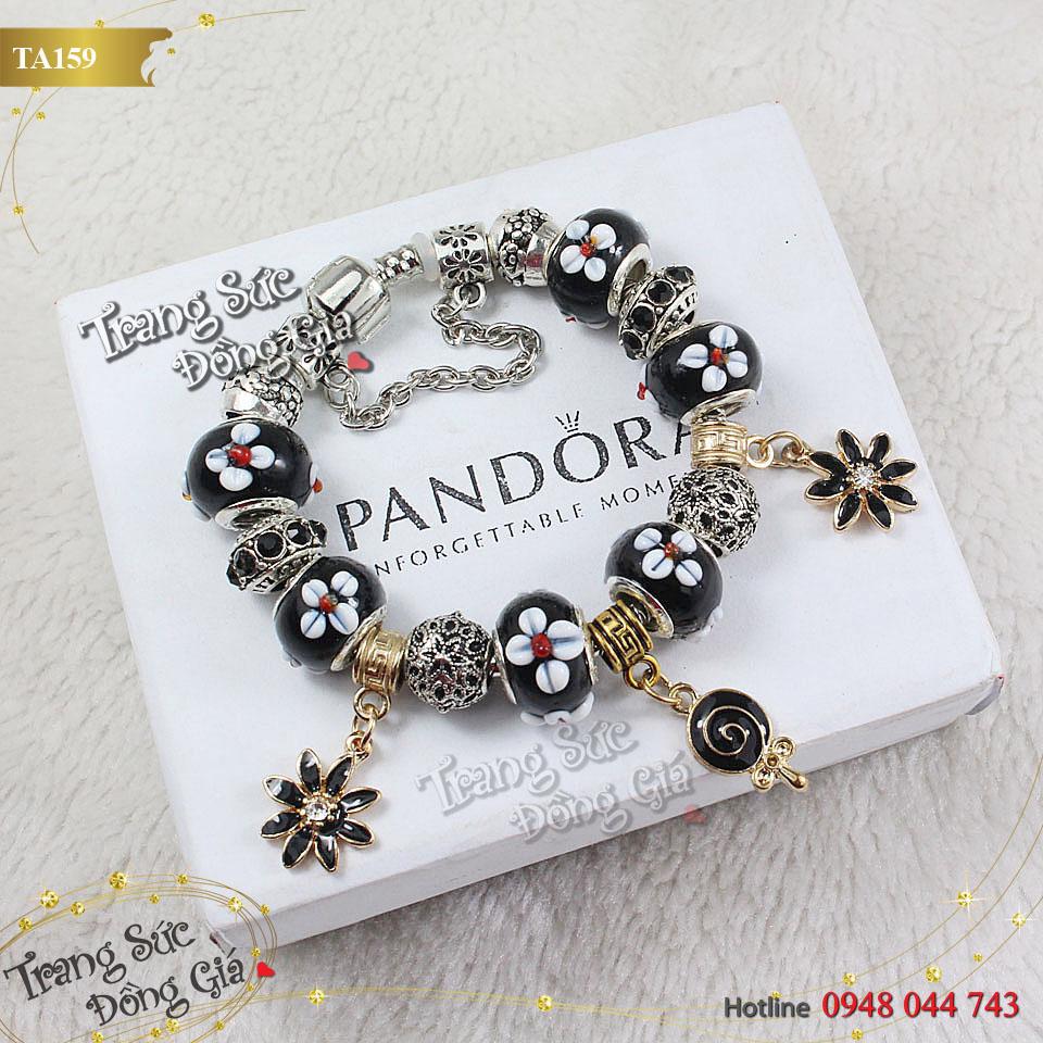 Vòng tay Pandora hoa sứ xinh xắn.