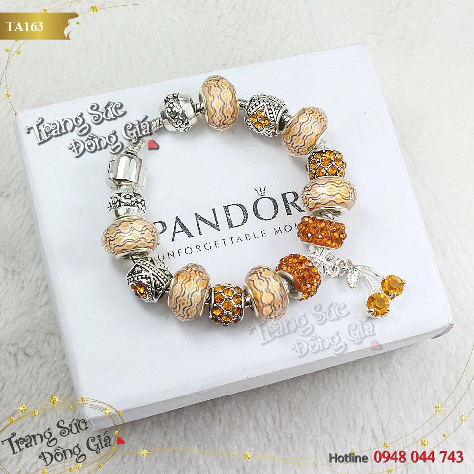 Vòng tay Pandora đính đá xinh xắn.