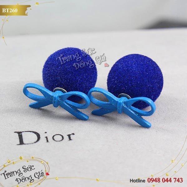 Bông tai Dior thời trang xinh xắn.