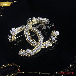 Cài áo Chanel đính đá thời trang xinh xắn.