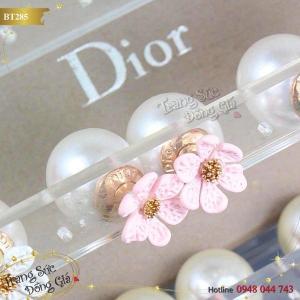 Bông tai Dior ngọc trai xinh xắn.
